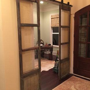 Idéer för ett stort rustikt arbetsrum, med beige väggar, mörkt trägolv och ett fristående skrivbord