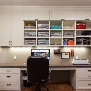 Inspiration pour un grand bureau atelier design avec un mur beige, un sol en vinyl et un bureau intégré.