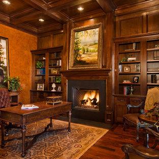 オースティンのトラディショナルスタイルのおしゃれな書斎 (茶色い壁、濃色無垢フローリング、標準型暖炉、金属の暖炉まわり、自立型机、茶色い床) の写真