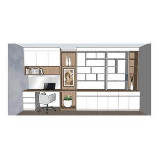 Foto på ett stort funkis arbetsrum, med ett bibliotek, vita väggar, travertin golv, ett inbyggt skrivbord och beiget golv