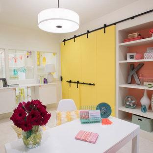 アトランタの大きいエクレクティックスタイルのおしゃれなホームオフィス・仕事部屋 (カーペット敷き、自立型机、白い壁) の写真