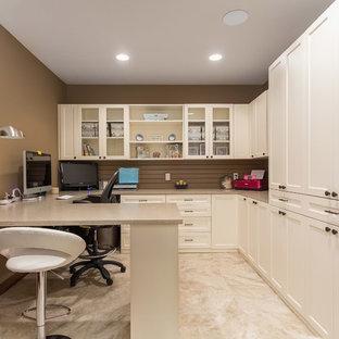 ミネアポリスの中くらいのトラディショナルスタイルのおしゃれな書斎 (茶色い壁、ラミネートの床、暖炉なし、造り付け机、ベージュの床) の写真