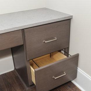 Идея дизайна: кабинет среднего размера в стиле современная классика с бежевыми стенами, полом из винила, встроенным рабочим столом и коричневым полом