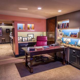 Bild på ett mellanstort vintage arbetsrum, med lila väggar, heltäckningsmatta, ett fristående skrivbord och beiget golv