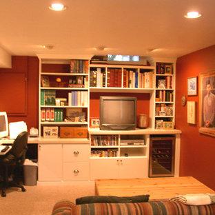 Idee per un grande studio tradizionale con pareti rosse, moquette, nessun camino, scrivania incassata e pavimento beige