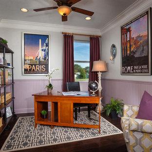 Foto di un ufficio tropicale con pareti grigie, parquet scuro e scrivania autoportante