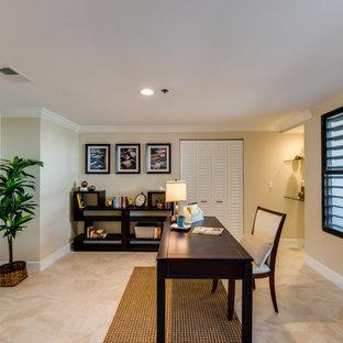 タンパの中サイズのトランジショナルスタイルのおしゃれな書斎 (ベージュの壁、セラミックタイルの床、暖炉なし、自立型机、ベージュの床) の写真