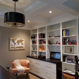 Ispirazione per un ufficio tradizionale di medie dimensioni con pareti marroni, pavimento in legno massello medio, scrivania autoportante, pavimento marrone e nessun camino