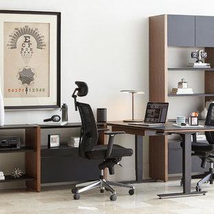 オースティンの中サイズのモダンスタイルのおしゃれな書斎 (白い壁、暖炉なし、自立型机、ベージュの床) の写真