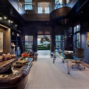 Immagine di un ampio ufficio minimal con pareti blu, scrivania autoportante e parquet chiaro