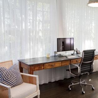 ニューヨークの巨大なビーチスタイルのおしゃれな書斎 (白い壁、濃色無垢フローリング、暖炉なし、自立型机) の写真