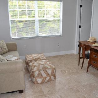 タンパの小さいミッドセンチュリースタイルのおしゃれな書斎 (グレーの壁、トラバーチンの床、自立型机) の写真