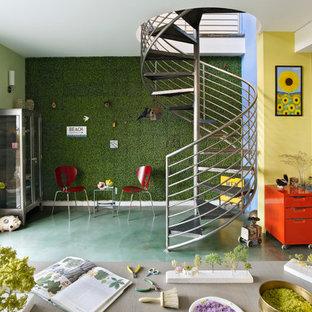 Aménagement d'un bureau éclectique de type studio avec un mur multicolore, béton au sol, aucune cheminée et un sol vert.