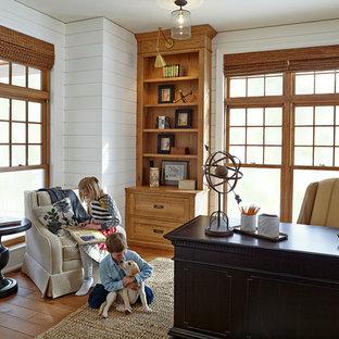 Diseño de despacho costero, grande, sin chimenea, con paredes blancas y escritorio independiente