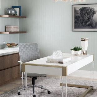 他の地域のビーチスタイルのおしゃれなホームオフィス・書斎 (グレーの壁、無垢フローリング、自立型机、茶色い床、三角天井、壁紙) の写真