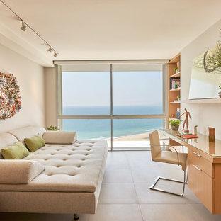 ロサンゼルスのビーチスタイルのおしゃれなアトリエ・スタジオ (ベージュの壁、造り付け机、ベージュの床) の写真