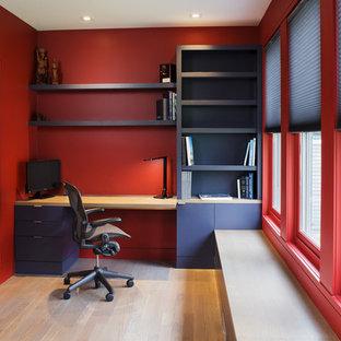 ニューヨークのビーチスタイルのおしゃれな書斎 (赤い壁、淡色無垢フローリング、暖炉なし、造り付け机、ベージュの床) の写真