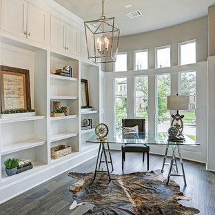 Idéer för ett mellanstort maritimt hemmabibliotek, med vita väggar, mörkt trägolv, ett fristående skrivbord och brunt golv