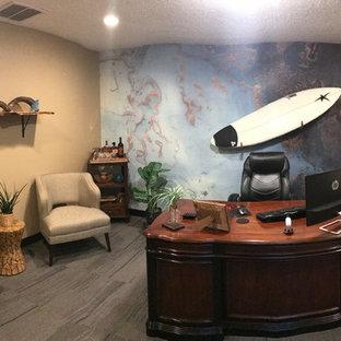 他の地域の中サイズのビーチスタイルのおしゃれなホームオフィス・仕事部屋 (ベージュの壁、カーペット敷き、黒い床) の写真