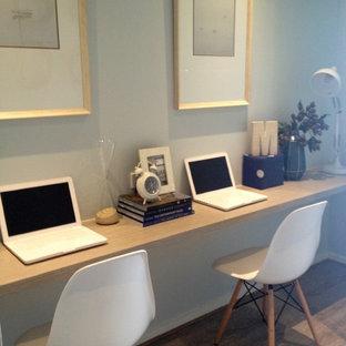 メルボルンの小さいビーチスタイルのおしゃれな書斎 (青い壁、造り付け机、暖炉なし、淡色無垢フローリング、茶色い床) の写真