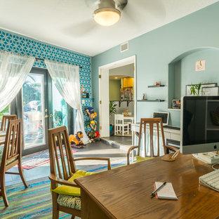 オーランドの中くらいのエクレクティックスタイルのおしゃれなクラフトルーム (青い壁、スレートの床、暖炉なし、自立型机) の写真