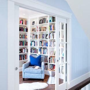 Exempel på ett mellanstort maritimt arbetsrum, med ett bibliotek, blå väggar, mellanmörkt trägolv och brunt golv