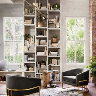 Immagine di uno studio rustico con libreria, pareti grigie e pavimento marrone
