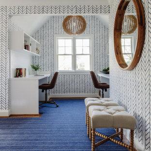 Réalisation d'un grand bureau tradition avec un mur blanc, un sol en bois brun, un bureau intégré, un sol marron et du papier peint.