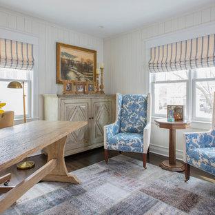 Exempel på ett stort klassiskt hemmabibliotek, med beige väggar, mörkt trägolv, ett fristående skrivbord och brunt golv