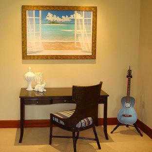 ポートランドの小さいトロピカルスタイルのおしゃれな書斎 (ベージュの壁、カーペット敷き、暖炉なし、自立型机、ベージュの床) の写真