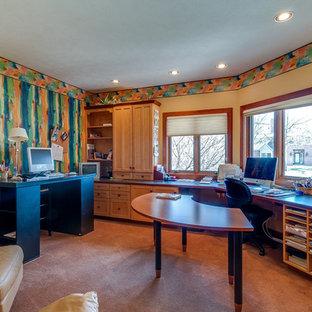 Idee per uno studio american style di medie dimensioni con pareti multicolore, moquette e scrivania autoportante