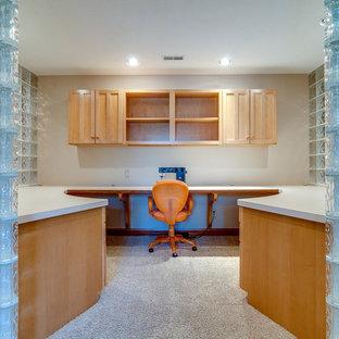 Immagine di un ufficio american style di medie dimensioni con pareti bianche e moquette