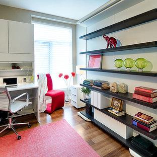 Foto di un piccolo ufficio moderno con pareti beige, nessun camino e scrivania autoportante
