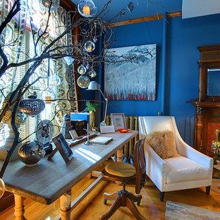 カルガリーのエクレクティックスタイルのおしゃれなホームオフィス・仕事部屋 (青い壁) の写真