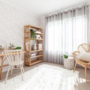メルボルンの中くらいのトロピカルスタイルのおしゃれなホームオフィス・書斎 (ベージュの壁、カーペット敷き、自立型机、ベージュの床、壁紙) の写真