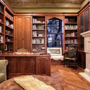Ispirazione per un ufficio mediterraneo con pavimento in legno massello medio, camino classico e cornice del camino piastrellata