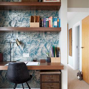 Modelo de despacho papel pintado, actual, pequeño, papel pintado, con moqueta, escritorio empotrado, suelo beige y papel pintado