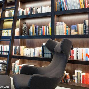Foto di uno studio di medie dimensioni con libreria, pavimento con piastrelle in ceramica e scrivania autoportante