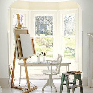 Inspiration pour un bureau atelier style shabby chic de taille moyenne avec un mur blanc, un sol en bois peint, un bureau indépendant et un sol blanc.