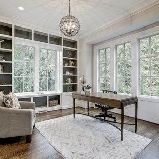 Idées déco pour un bureau craftsman de taille moyenne avec un mur blanc, un sol en bois brun et un bureau indépendant.