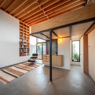 Foto di uno studio moderno con pareti bianche e pavimento in cemento