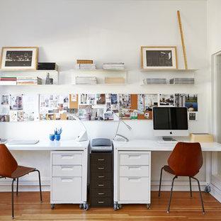Idées déco pour un bureau scandinave avec un mur blanc, un sol en bois brun et un bureau indépendant.