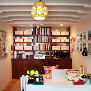 Foto de despacho tradicional renovado, pequeño, sin chimenea, con escritorio independiente, paredes blancas y suelo de baldosas de terracota