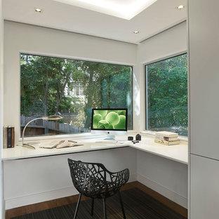 Свежая идея для дизайна: рабочее место среднего размера в стиле модернизм с белыми стенами, ковровым покрытием и встроенным рабочим столом - отличное фото интерьера