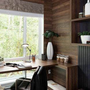 バンクーバーの小さいコンテンポラリースタイルのおしゃれな書斎 (茶色い壁、ラミネートの床、造り付け机、茶色い床) の写真
