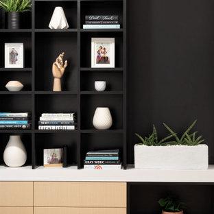 バンクーバーの小さいコンテンポラリースタイルのおしゃれな書斎 (白い壁、ラミネートの床、造り付け机、ベージュの床) の写真