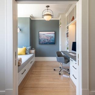 サンフランシスコのトランジショナルスタイルのおしゃれな書斎 (造り付け机、グレーの壁、無垢フローリング、茶色い床) の写真