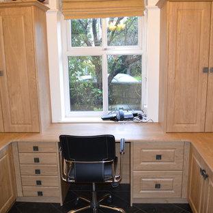 マンチェスターの小さいトラディショナルスタイルのおしゃれな書斎 (ベージュの壁、暖炉なし、造り付け机、スレートの床、グレーの床) の写真
