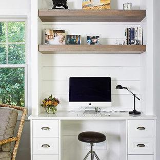 ワシントンD.C.のカントリー風おしゃれなホームオフィス・書斎 (白い壁、濃色無垢フローリング、造り付け机、茶色い床) の写真
