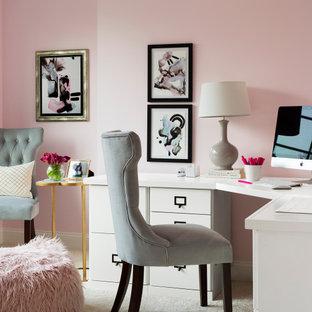 ワシントンD.C.の中サイズのトランジショナルスタイルのおしゃれなホームオフィス・仕事部屋 (ピンクの壁、カーペット敷き、ベージュの床、造り付け机) の写真